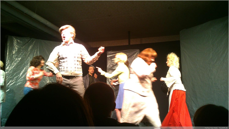 Die Hausgemeinschaft singt und tanzt