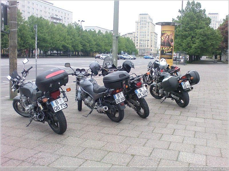 die Mopeten vor dem Cafe Moskau