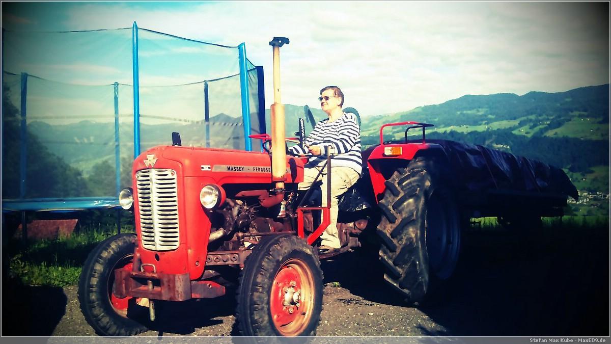 {kk} die Blogoma auf dem Traktor