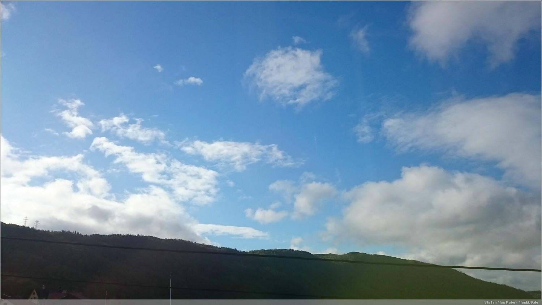 blauer Himmel über Bergen