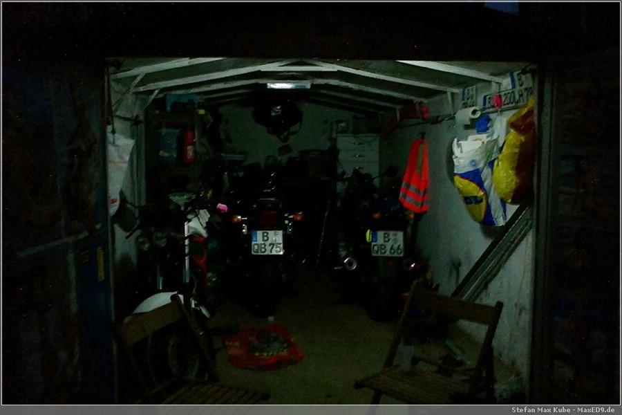 {mogr} die Garage im Schein der Leuchtstofflampe