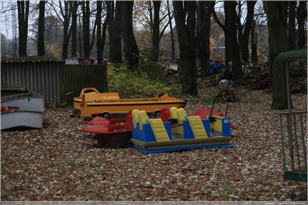 alte Wagen der Wildwasserbahn und Achterbahn