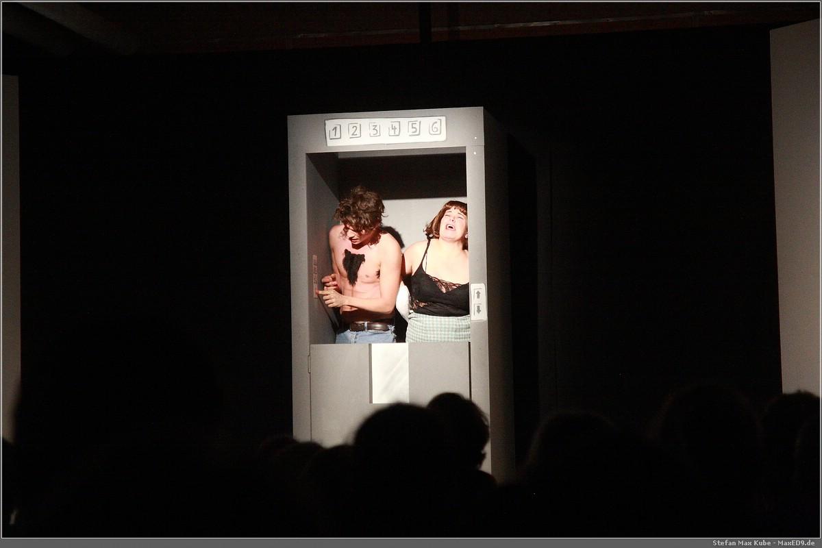 Herr Möglein und Frau Vöglein stecken im Aufzug fest