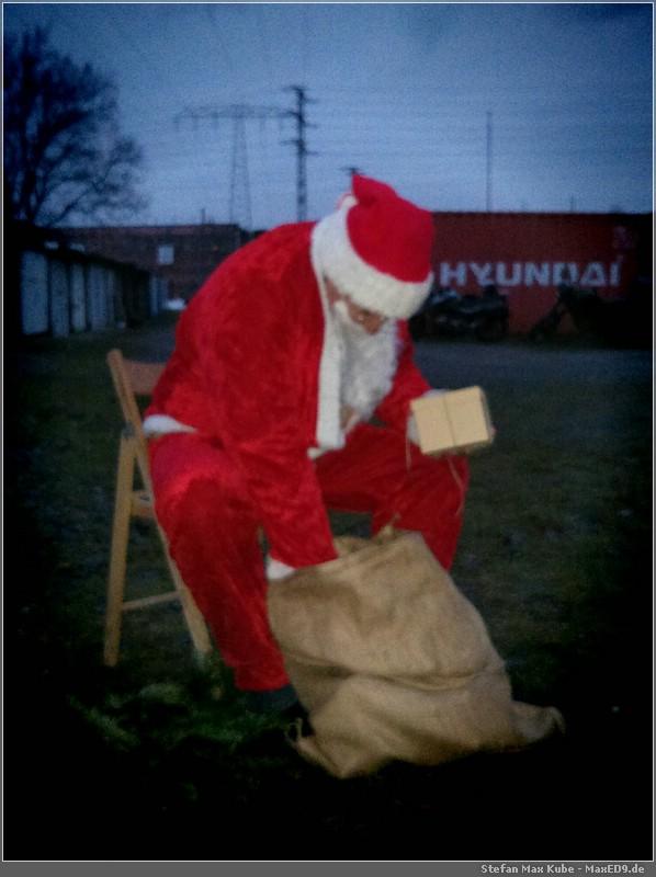 der Weihnachtsmann verteilt Geschenke (Schnappschuss von Schrottie)